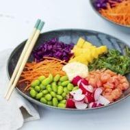Poké bowl met zalm, sojaboontjes en mango
