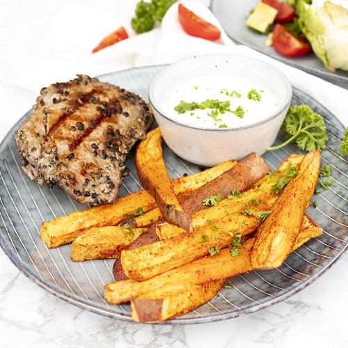 Zoete aardappel frietjes met biefstuk en gegrilde romaine sla