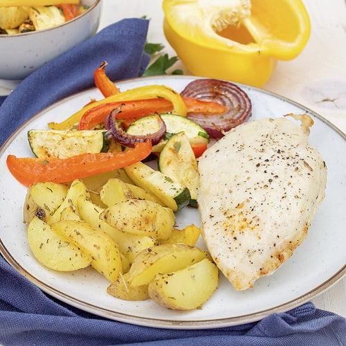 Aardappel partjes met kip en gegrilde groenten uit de oven