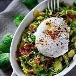 Spruitjes salade met gepocheerde ei