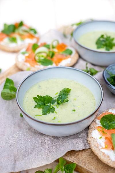 Romige courgette soep met pita en zalm
