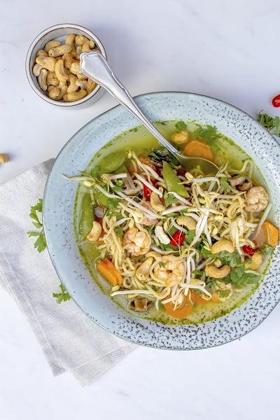 Gezonde noodle soep met gamba's