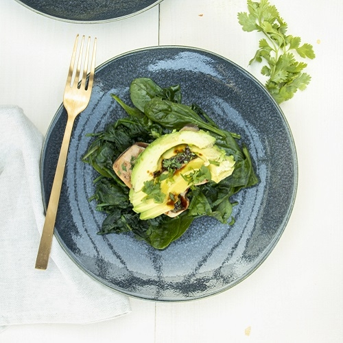 Gemarineerde tonijn met spinazie en avocado