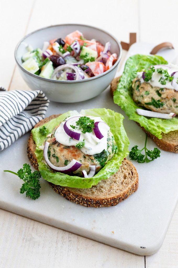 Griekse kipburger met tzatziki salade