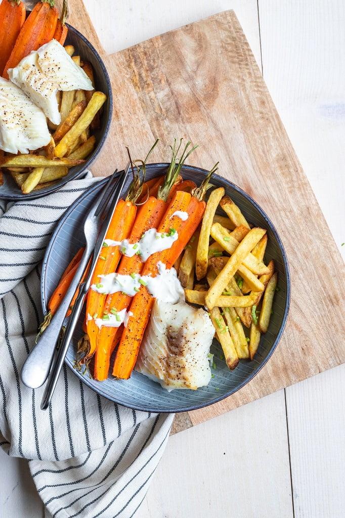 Gezonde ovenfriet met wortelen uit de oven en vis