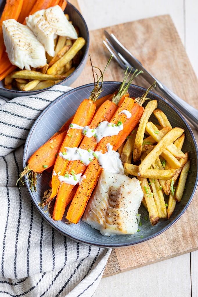 Wortelen uit de oven met ovenfriet en witvis